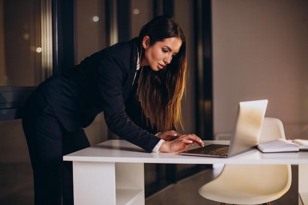 Biznes kobieta pracuje do późna w nocy w biurze
