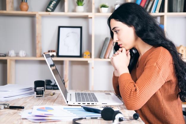 Biznes kobieta pracuje na komputerze z wykresem w tabeli