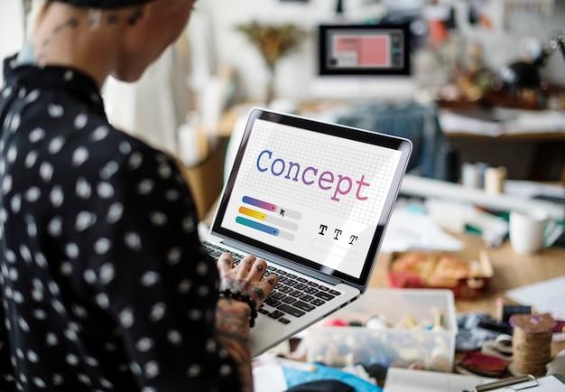 Biznes kobieta pracuje na laptopie w biurze