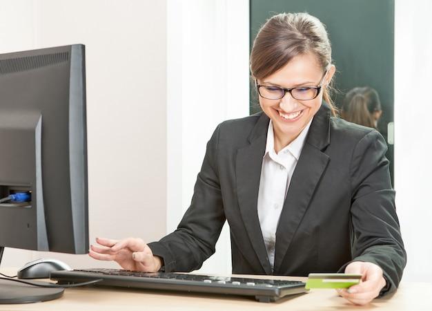 Biznes kobieta pracuje online na komputerze
