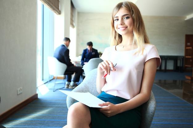 Biznes kobieta pracuje w biurze z dokumentami.