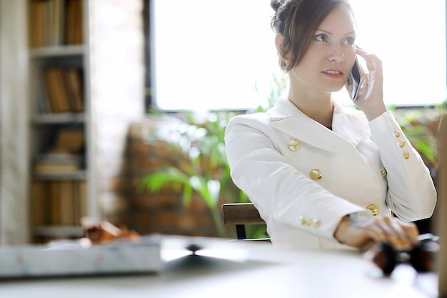Biznes kobieta pracuje w biurze