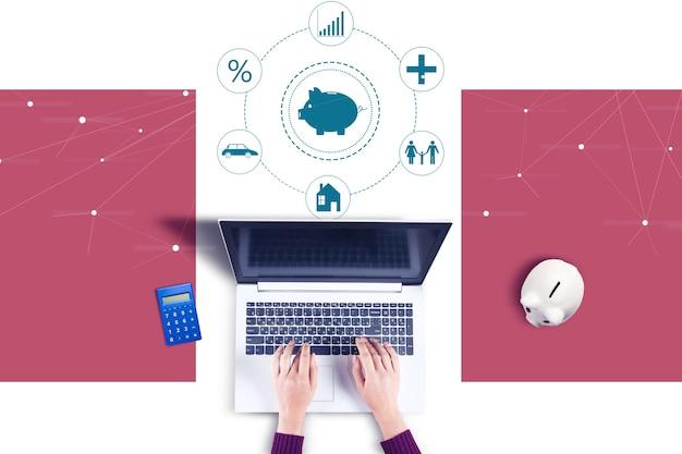 Biznes kobieta pracuje w ikonę komputera i oszczędności