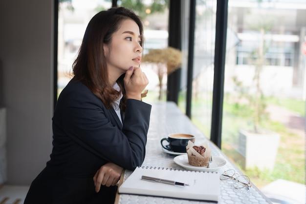 Biznes kobieta pracuje z książką uwaga na stole, koncepcja biznesowa