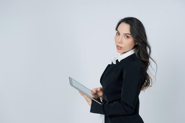 Biznes kobieta pracuje z tabletem, portret, koncepcja biznesowa, inteligentna dziewczyna tabletu użytkowania