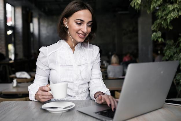 Biznes kobieta pracuje
