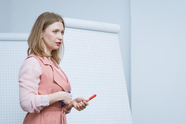 Biznes kobieta prowadzi szkolenie biznesowe z markerem w ręku