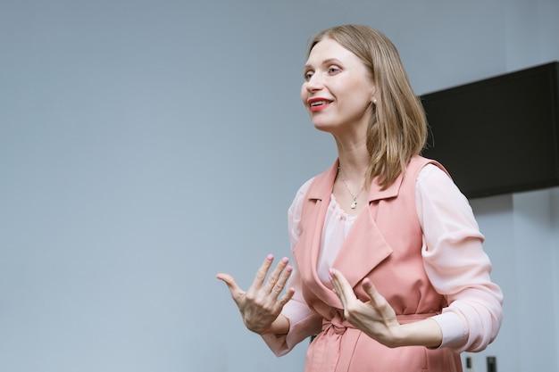 Biznes kobieta prowadzi szkolenie biznesowe