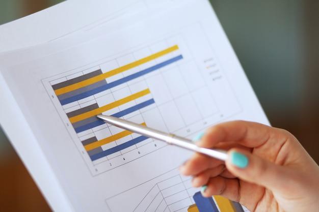 Biznes kobieta przechodzi dokument do menedżera
