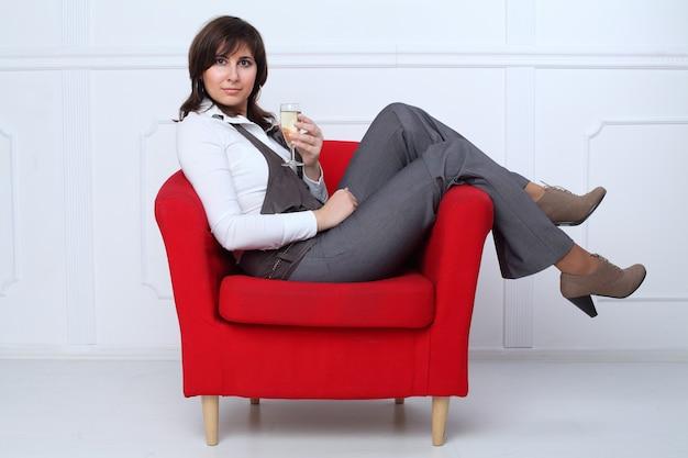 Biznes kobieta relaks przy lampce szampana