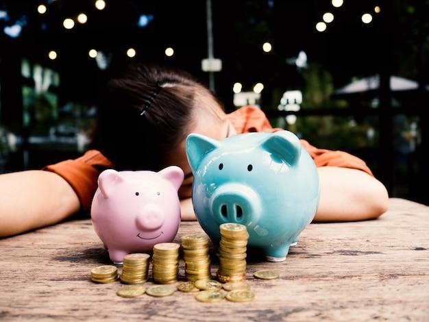 Biznes kobieta relaksuje się za dwiema skarbonkami oszczędzanie pieniędzy na koncepcję funduszu emerytalnego