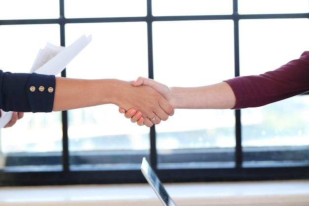 Biznes kobieta robi uścisk dłoni