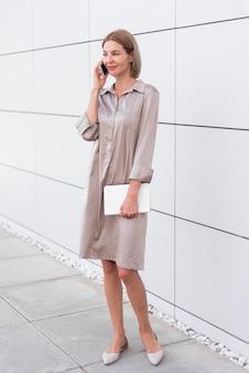 Biznes kobieta rozmawia telefon pełny strzał