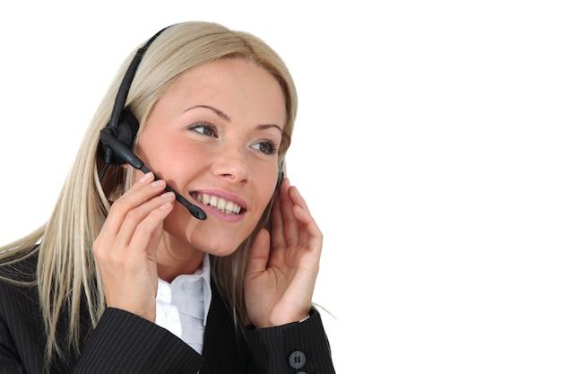 Biznes kobieta rozmawia z zestawem słuchawkowym