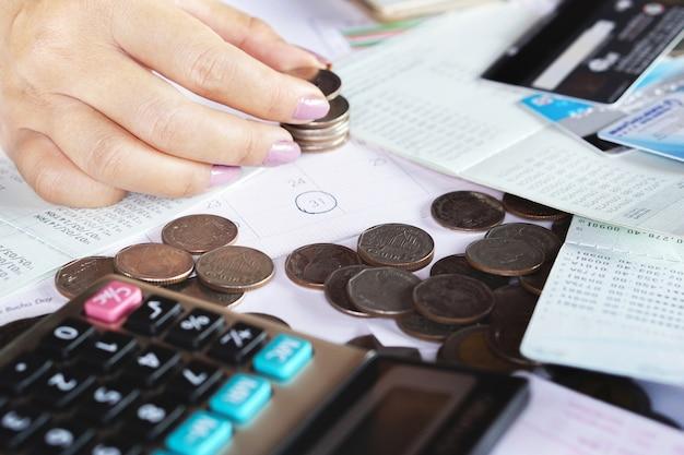 Biznes kobieta strony obliczania ceny terminu