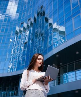 Biznes kobieta styl życia laptop koncepcja procesu pracy na zewnątrz