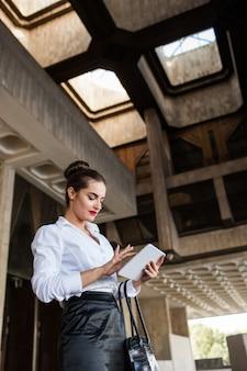 Biznes kobieta styl życia tabletka koncepcja procesu pracy na zewnątrz