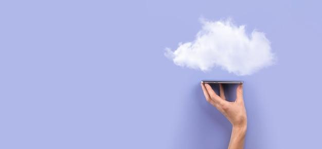 Biznes kobieta trzyma ikonę cloud computing sieci i informacje o połączeniu danych w ręku. koncepcja cloud computing i technologia.