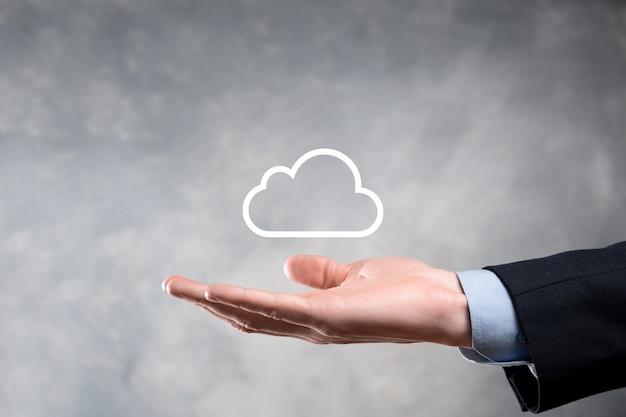 Biznes kobieta trzyma ikonę sieci przetwarzania w chmurze i połączenie danych ikona w ręku. koncepcja przetwarzania w chmurze i technologii.
