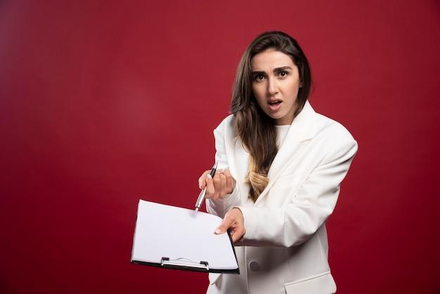 Biznes kobieta trzyma otwarty notatnik