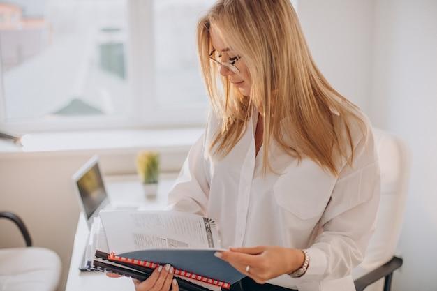 Biznes kobieta trzyma pliki w biurze