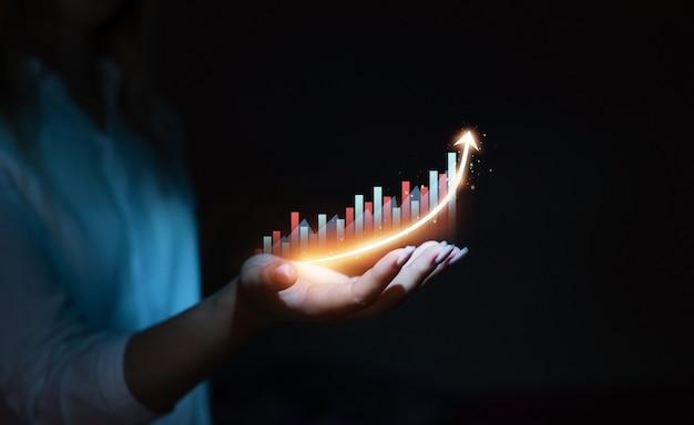 Biznes kobieta trzyma wykres wykresu strzałki wzrostu globalny rozwój branży biznesowej