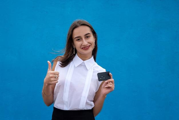 Biznes Kobieta Trzymać Kluczyki Do Samochodu Na Białym Tle Na Niebieskim Tle. Sprzedaż Premium Zdjęcia