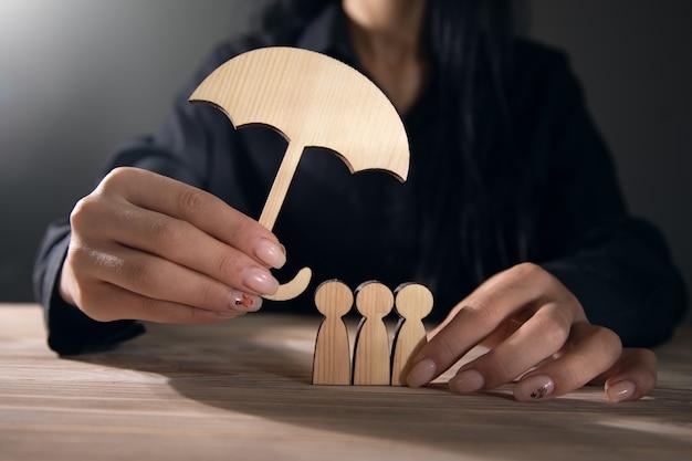 Biznes kobieta trzymając parasol okładka zespołu.