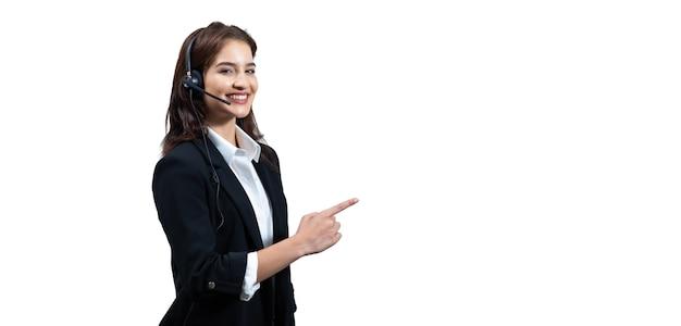 Biznes kobieta w garniturach i słuchawkach uśmiecha się podczas pracy izolować na białym tle.