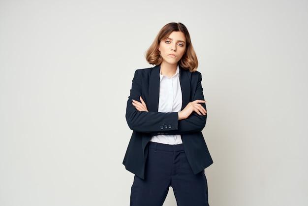 Biznes kobieta w garniturze w okularach kierownik pracy dokumenty urzędnik