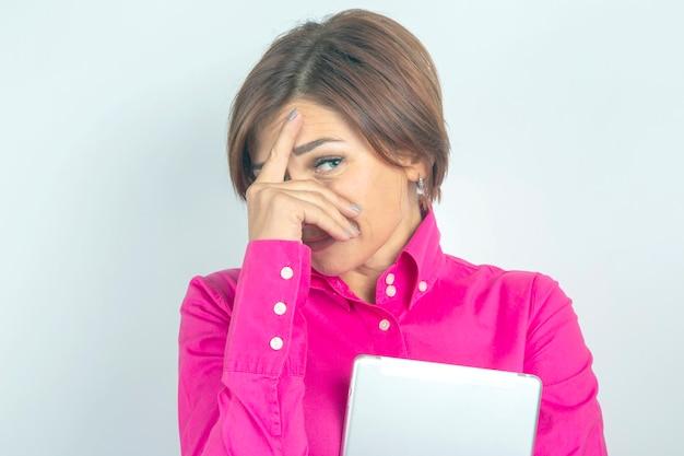 Biznes kobieta w koszuli i tablecie w dłoniach. determinacja i rozwój kariery