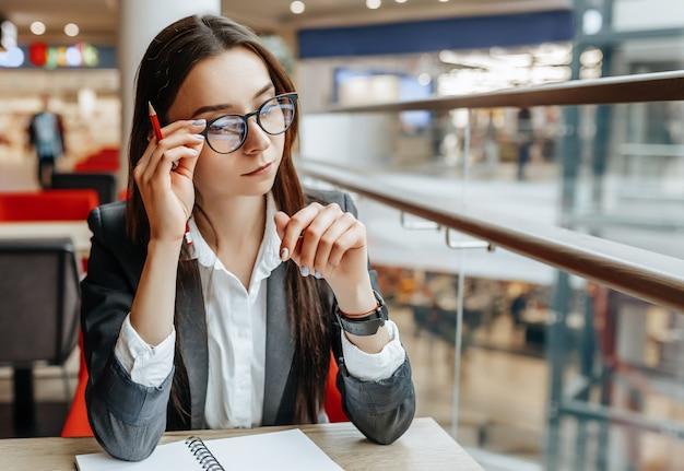 Biznes kobieta w miejscu pracy siedzi przy stole. kierownik w biurze.