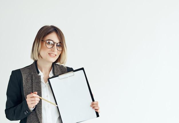 Biznes kobieta w okularach dokumenty praca reklama