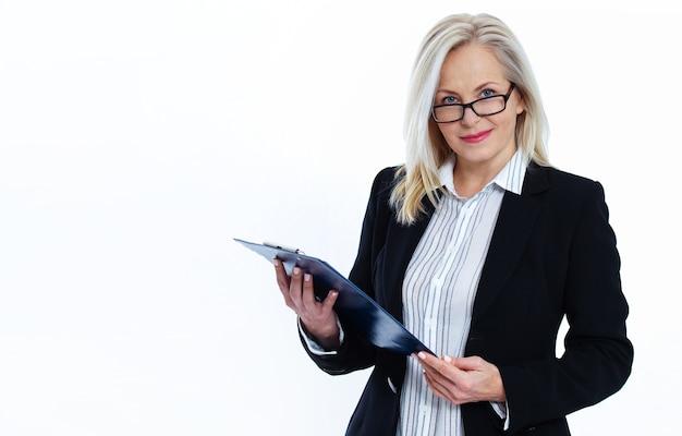 Biznes kobieta w okularach posiada pióro i folder z plikami na białym tle