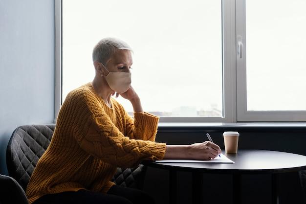 Biznes kobieta w pracy dystans społeczny