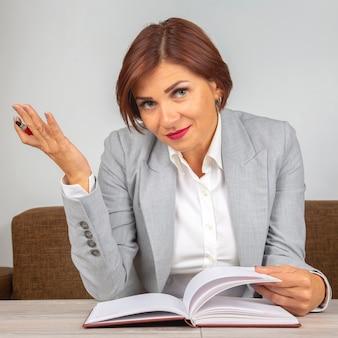 Biznes kobieta w pracy w biurze. cechy biznesowe i rozwój kariery