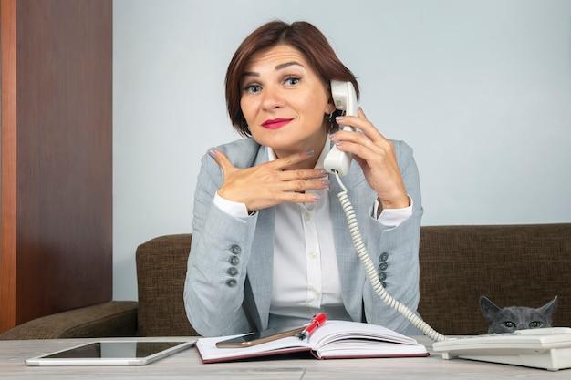Biznes kobieta w pracy w biurze. determinacja i rozwój kariery