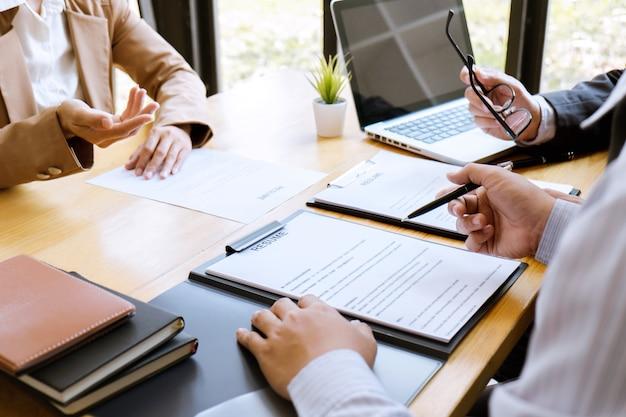 Biznes kobieta wyjaśniając o swoim profilu do kierownika komisji siedzi podczas pracy wywiad