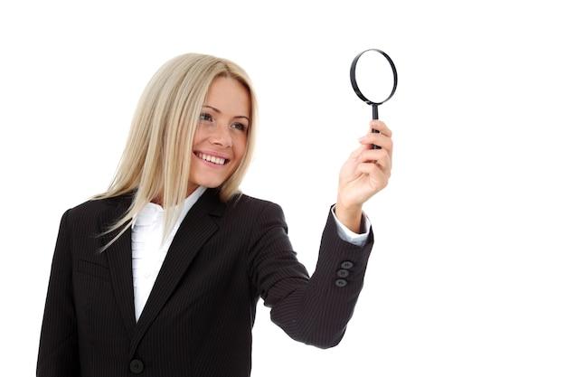 Biznes kobieta wyszukiwania portret na białym tle z bliska