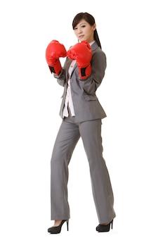 Biznes kobieta z azji z czerwonymi rękawicami bokserskimi