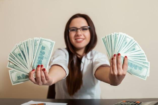 Biznes kobieta z fanami pieniędzy w ręce