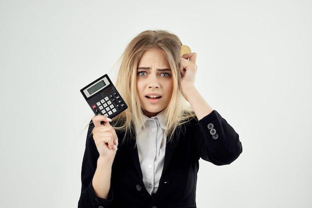 Biznes kobieta z kalkulatorem i monetą bitcoin finance economy