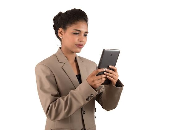 Biznes kobieta za pomocą telefonu komórkowego lub smartfona na białym tle na białym tle