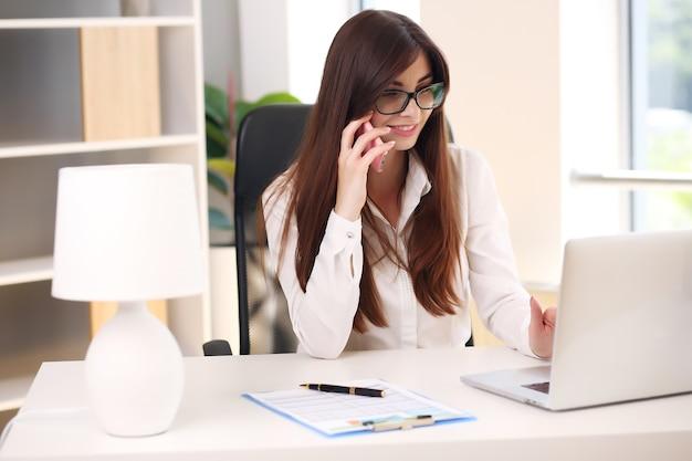 Biznes kobieta zajęta pracą na komputerze przenośnym w biurze