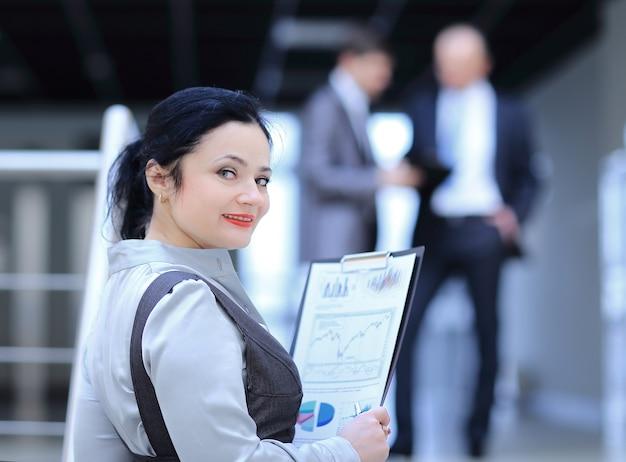 Biznes kobieta ze sprawozdania finansowego.