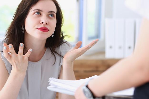 Biznes kobieta zirytowana zamieszaniem zamieszanie