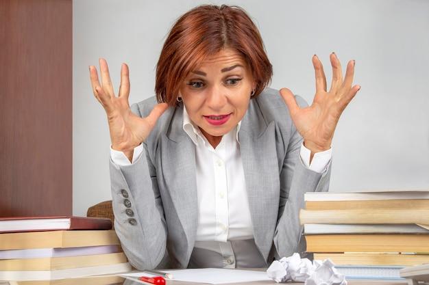 Biznes kobieta zmęczona w biurze i zmartwiona emocjami