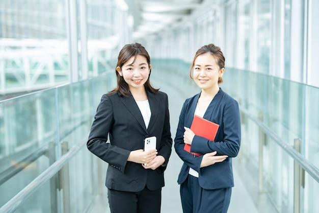 Biznes kobiety patrząc w kamerę w dzielnicy biznesowej