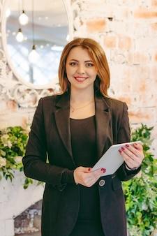 Biznes kobiety w garniturze z tabletem w ręce