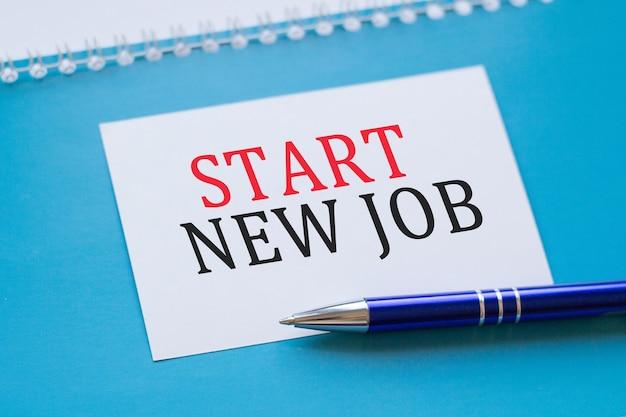 Biznes, koncepcja edukacji. biała kartka z napisem rozpocznij nową pracę na niebieskim tle.